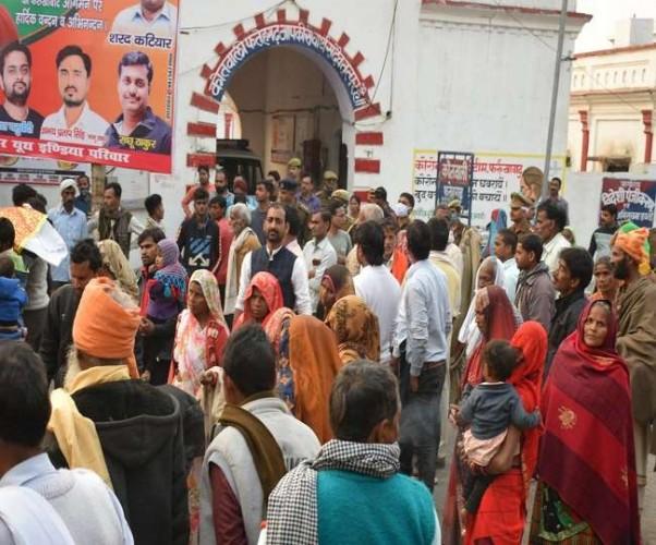 फर्रुखाबाद में दंपती की मौत के मामले ने लिया नया मोड़, हंगामे के बाद मकानमालिक पर लगे आरोप