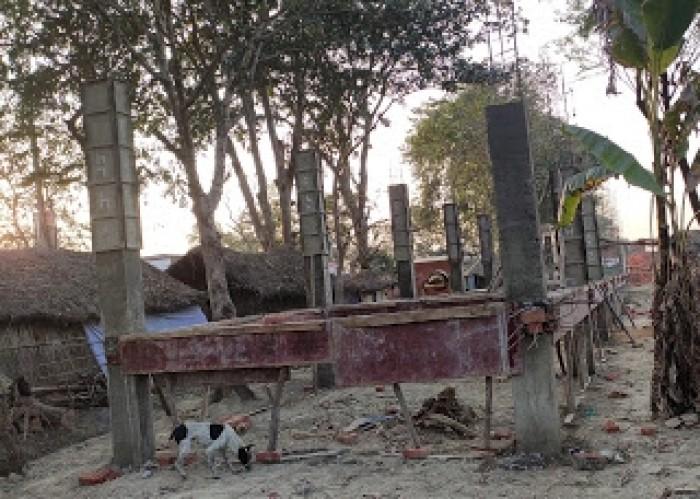 ग्रामीणों की शिकायत पर असनी गांव में हो रहे निर्माण कार्य को प्रशासन ने रुकवाया