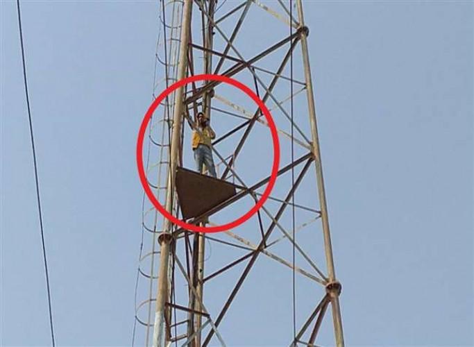 भदोही में जमीन पर कब्जा न मिलने से खिन्न युवक टावर पर चढ़ा