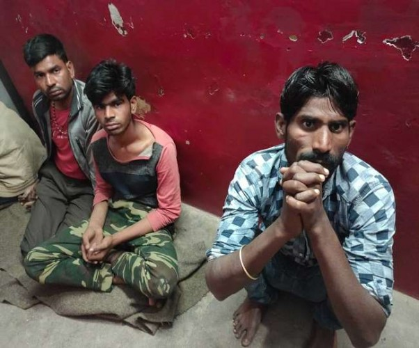 फर्रुखाबाद में शराब बरामद करने गई पुलिस पर हुआ पथराव,तीन को गिरफ्तार