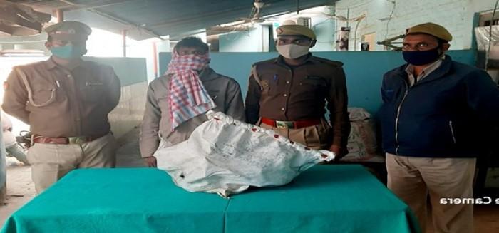 तीन चोर बोरे में चोरी के सामान के साथ गिरफ्तार