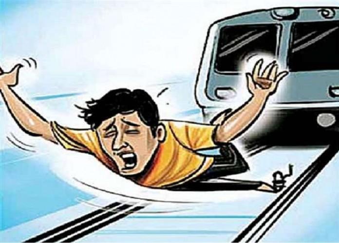 भदोही में ईयरफोन लगाकर रेलवे ट्रैक पर चल रहे युवक की ट्रेन की चपेट में आने से मौत
