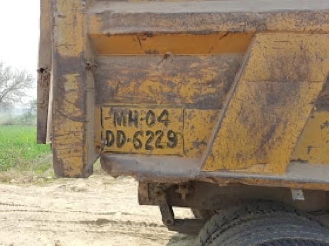 प्रशासन की लापरवाही से अवैध मिट्टी खनन कर रहे मिट्टी से लदे डम्फर ने ली युवक की जान