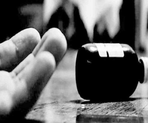 अलीगढ़ में एसएसपी के पास शिकायत लेकर पहुंची महिला ने जहर खाया