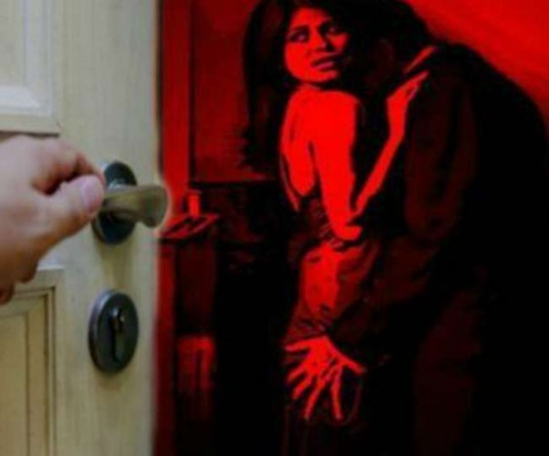 लखनऊ में 15 साल बाद प्रेमिका संग रंगरेलियां मनाते मिला फरार होमगार्ड, पत्नी ने बाहर से जड़ा ताला