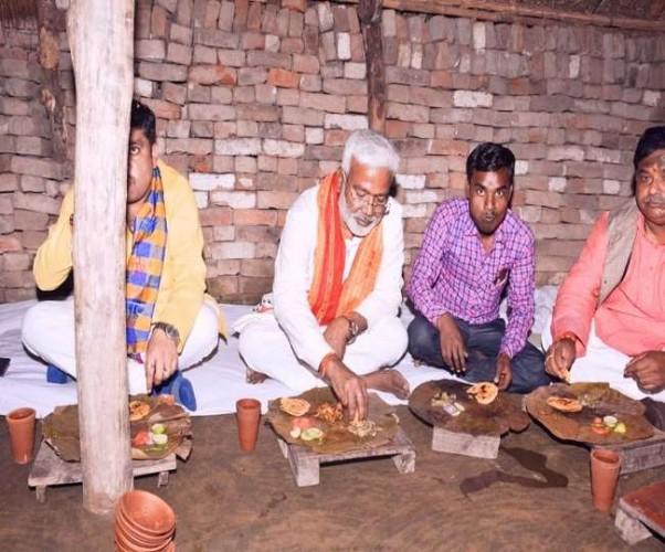 BJP प्रदेश अध्यक्ष स्वतंत्र देव ने बूथ अध्यक्ष के घर जमीन पर बैठकर पत्तल पर किया भोजन