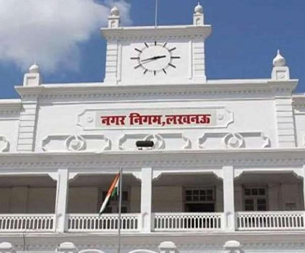 लखनऊ नगर निगम के अधिकारियों पर गिरी गाज, राजस्व निरीक्षक समेत कई पर हुई कार्रवाई
