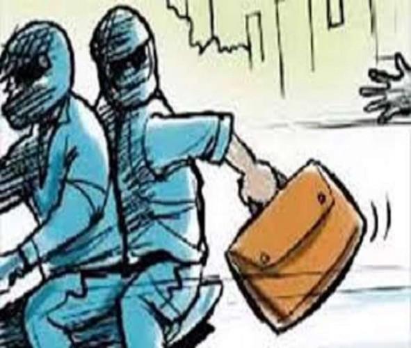 फतेहपुर स्थित बैंक में कैशियर के काउंटर से नकदी भरा बैग चोरी