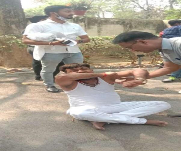 प्रतापगढ़ में डीएम कार्यालय पर धरने पर बैठे MLA धीरज ओझा, DM-SP से बहस के बाद फाड़ा कपड़ा