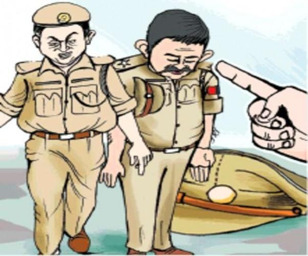 कानपुर में चोर को पीटते हुए चौकी प्रभारी व सिपाही का वीडियो वायरल, DCP East ने किया लाइनहाजिर