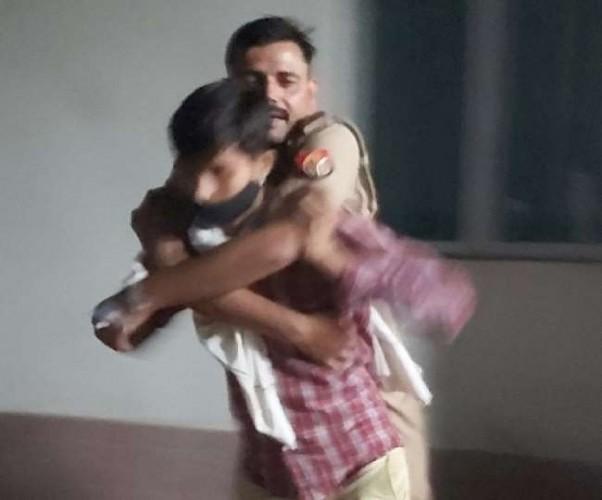 कन्नौज मेडिकल कॉलेज में नर्स से अभद्रता पर दारोगा की पिटाई