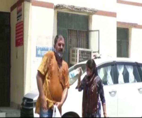 आगरा में एसएसपी कार्यालय के सामने युवती ने मुंहबोले भाई के साथ किया आत्मदाह का प्रयास