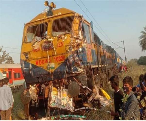 शाहजहांपुर में चंडीगढ़-लखनऊ एक्सप्रेस ने क्रॉसिंग से गुजर रहे ट्रक व बाइक में मारी टक्कर, पांच की मौत