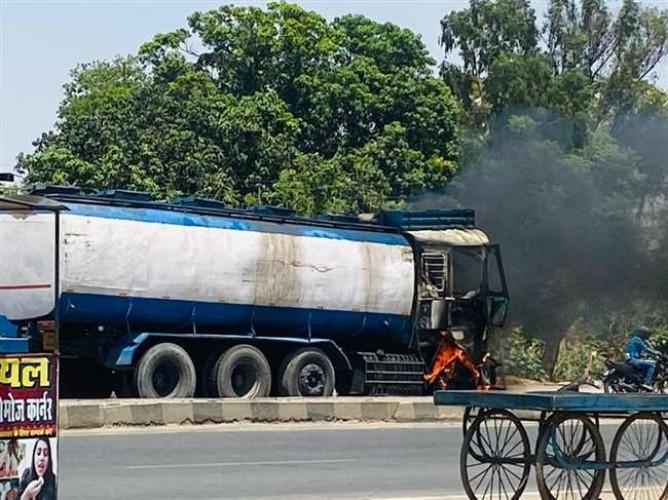 चंदौली जिले में पेट्रोल से भरे टैंकर में लगी आग, ट्रक के केबिन में ही चालक जिंदा जला