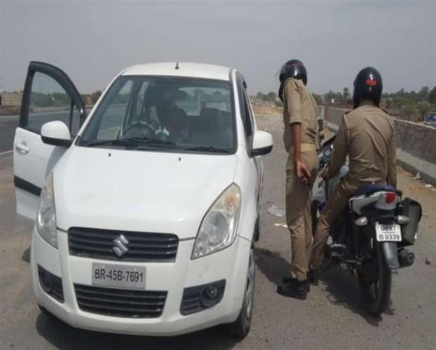 चंदौली में हाइवे पर खड़ी कार में मिला बिहार के युवक का शव, पुलिस को कार से मिला असलहा