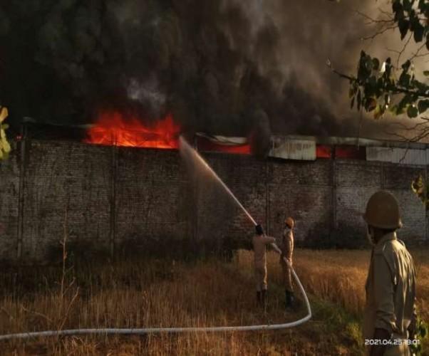 सहारनपुर में प्लास्टिक फैक्ट्री में लगी भयंकर आग, लाखों का नुकसान