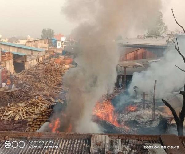 लखनऊ में अवैध प्लाईवुड फैक्ट्री में भीषण आग, केमिकल के ड्रम में ताबड़तोड़ धमाकों से दहला इलाका