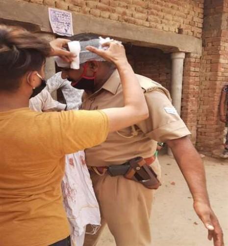 अलीगढ़ के अकराबाद में बवाल, एसपी-सीओ की गाड़ियां तोड़ीं
