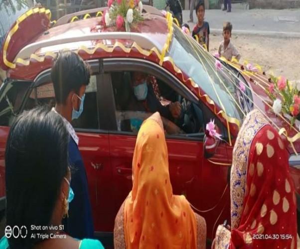 प्रयागराज में अनूठी शादी, दूल्हा खुद कार चलाकर पहुंचा मंडप