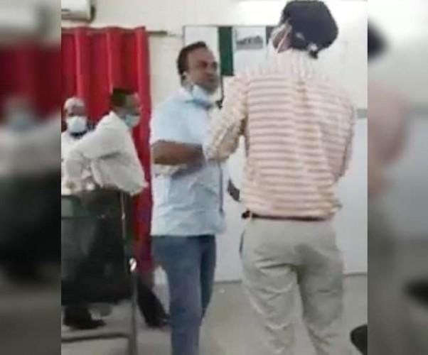 बहराइच में मेडिकल कॉलेज के CMS कक्ष में परचेजिंग कमेटी के अफसरों के बीच गाली-गलौज
