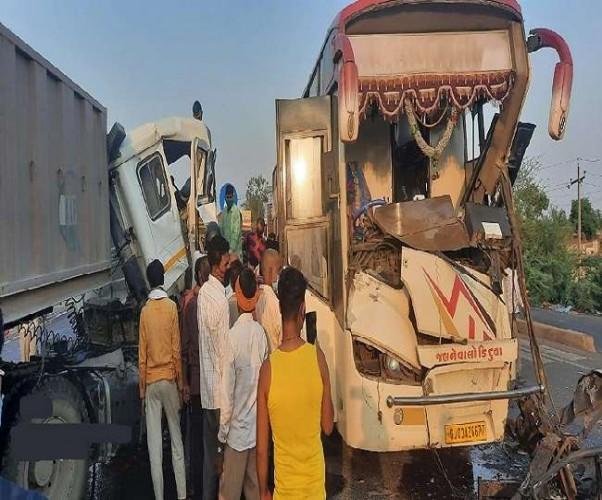 कानपुर-लखनऊ हाईवे पर टकराए दो ट्रेलर और बस, आठ लोग घायल और तीन की हालत गंभीर