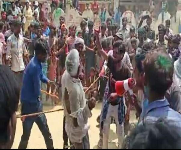 बेइज्जत करने नुक्कड़ नाटक कर पूर्व प्रधान बना बुजुर्ग पर बरसाए कोड़े, सीतापुर में नवनिर्वाचित प्रधान के समर्थकों का कारनामा
