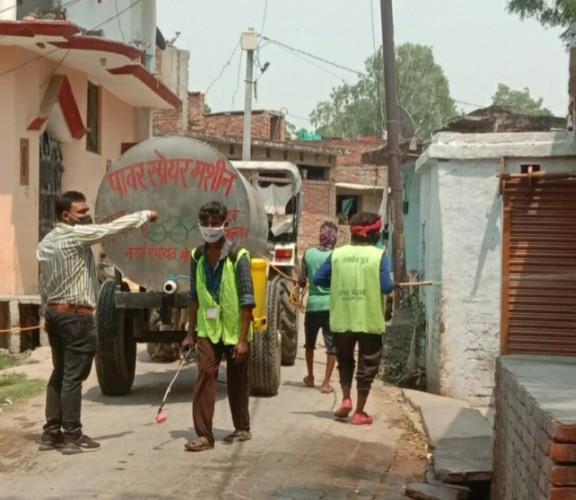 सैनिटाइजेशन का कार्य सही ढंग से ना होने पर ग्रामीणों में आक्रोश