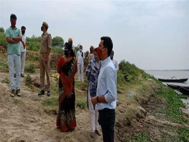 चंदौली में गंगा किनारे मिले आधा दर्जन शव, सूचना के बाद पहुंचे अधिकारी शवों के निस्तारण में जुटे
