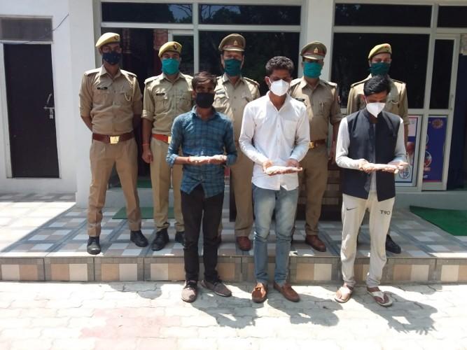 चेकिंग के दौरान पुलिस ने तीन अभियुक्तों को अवैध हथियार  के साथ किया गिरफ्तार कर भेजा जेल