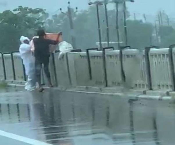 बलरामपुर में पुल से नदी में फेंका कोरोना संक्रमित शव, वीडियो वायरल होने पर मुकदमा दर्ज