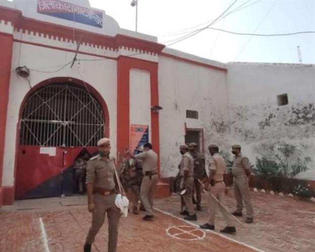 जौनपुर जिला कारागार में निरुद्ध कैदी की मौत के बाद बवाल, आगजनी करते हुए जेल को आठ घंटे तक कब्जे में रखा