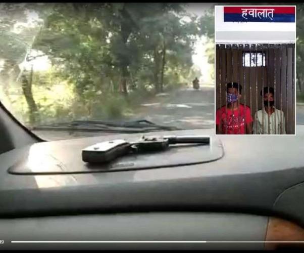 बलरामपुर में चलती कार में तमंचा लहराना पड़ा भारी, इंटरनेट मीडिया पर वीडियो वायरल होने पर दो गिरफ्तार