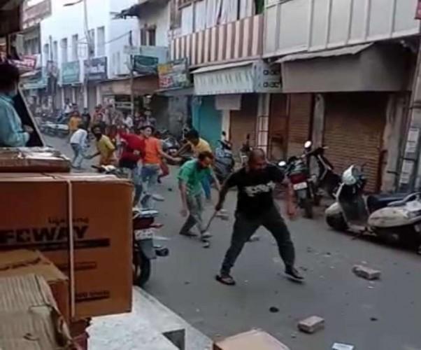 मेरठ के खैरनगर में पथराव, दवा मार्केट बंद