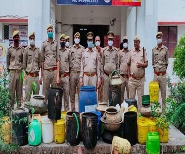 फतेहपुर में पुलिस ने छापेमारी कर पकड़ी 140 लीटर शराब