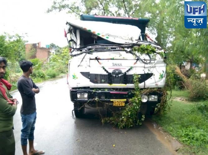 रायबरेली ट्रक पर पेड़ गिरने से बाल बाल बचे ड्राइवर व खलासी,बुरी तरह क्षतिग्रस्त हुआ ट्रक