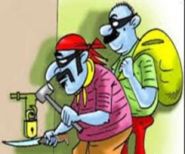 घाटमपुर में सराफा कारोबारी समेत दो घरों से 21 लाख का माल पार