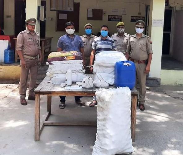 अलीगढ़ में  अवैध शराब की फैक्ट्री दो गिरफ्तार