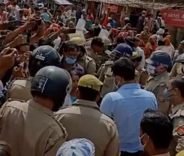 उन्नाव में पुलिस पर ग्रामीणों ने किया पथराव, तीन घंटे तक चला बवाल