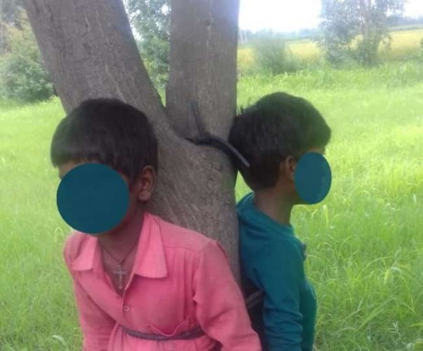 लखीमपुर में जामुन बीनने गए बच्चों को पेड़ से बांधकर पीटा, वीडियो वायरल