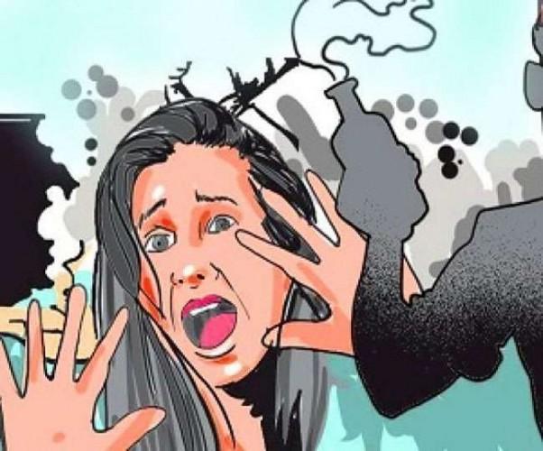 सरे बाजार हेड कांस्टेबल की पत्नी पर फेंका गया तेजाब