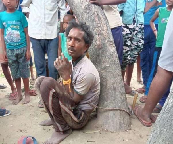 प्रतापगढ़ में घर में घुसे चोर को पेड़ से बांधकर पीटा, वीडियो हुआ वायरल