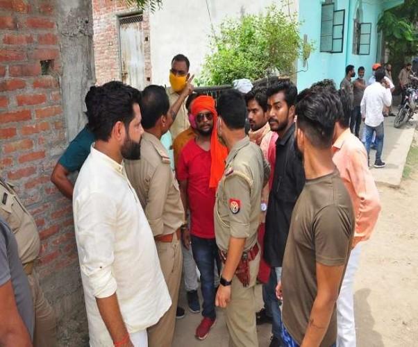 कानपुर में धार्मिक स्थल के अवैध निर्माण को लेकर हंगामा