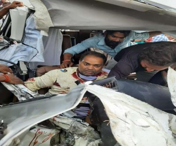 प्रतापगढ़ में ट्रक से भिड़कर कार के उड़े परखचे