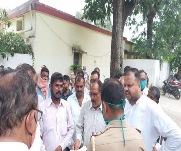 रायबरेली में भाजपा बूथ अध्यक्ष की थाने में पिटाई, पत्नी पर किया शांति भंग का चालान
