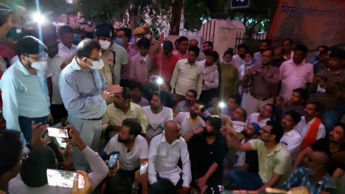 कवरेज कर रहे पत्रकार को  सीडीओ व भाजपा नेता ने  मिलकर पीटा