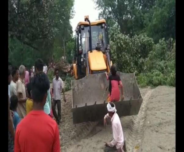 गोंडा में जमीन विवाद को लेकर दबंगों ने बीडीसी का घर ढहाया , आरोपित गिरफ्तार