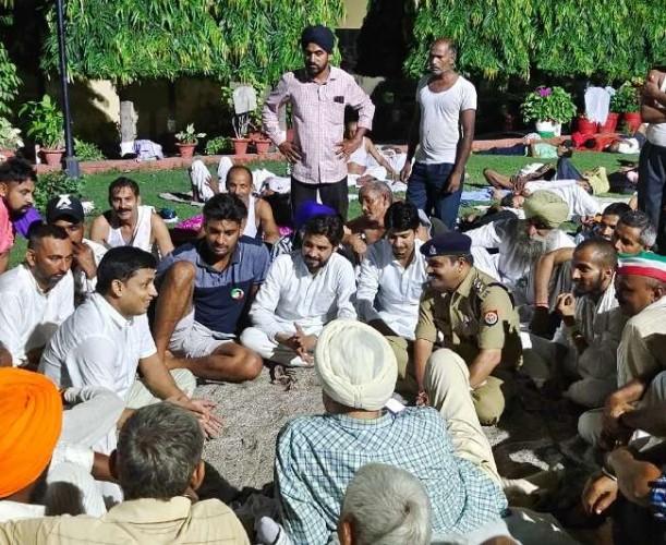 लखनऊ में बकाया भुगतान की मांग पर दूसरे दिन भी डटे रहे गन्ना किसान