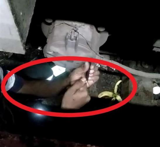 पीडीडीयू जंक्शन पर बोगी के नीचे मौजूद थे रेलकर्मी और ट्रेन चल पड़ी, वीडियो वायरल