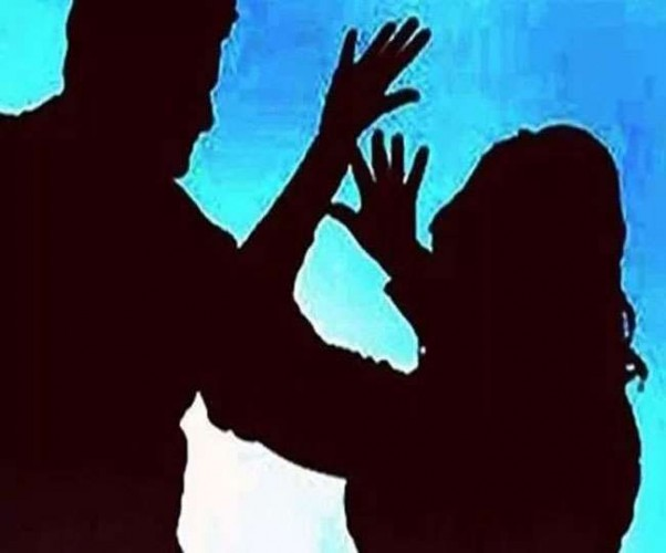 कानपुर देहात में महिला को सरेराह गिराकर पीटा