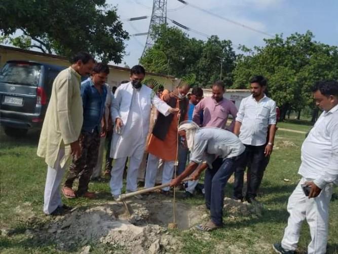 भाजपा नेता अतुल सिंह ने पौधरोपण अभियान के तहत ऊंचाहार विधानसभा के गावो में किया वृक्षारोपण